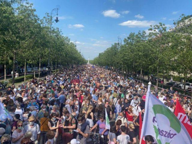 Ezrek indultak el a Kossuth tér felé, hogy tiltakozzanak a Fudan Egyetem ellen