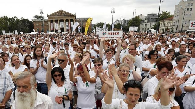 Jogaikért és magasabb bérért tüntettek az egészségügyi dolgozók