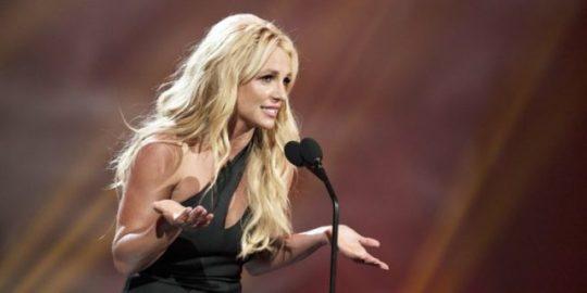 Gyűlölet beszéd ellen sok amerikai híresség tiltakozik Facebook ellen