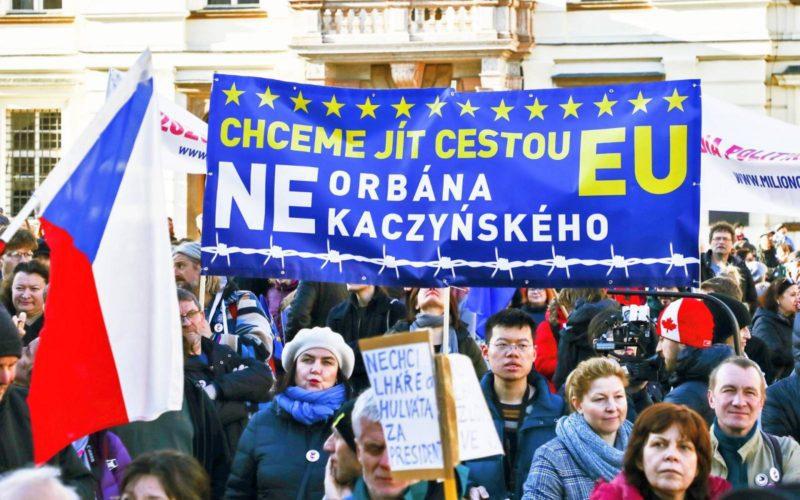 Magyarországon már bedarálták a demokratikus normákat miközben a brüsszeli bizottság csak állt és nézett