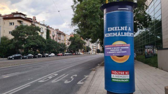 """A Momentum átragasztotta Orbán gyermeteg propagandaplakátjait, - """"a főbűnös Gyurcsány"""""""