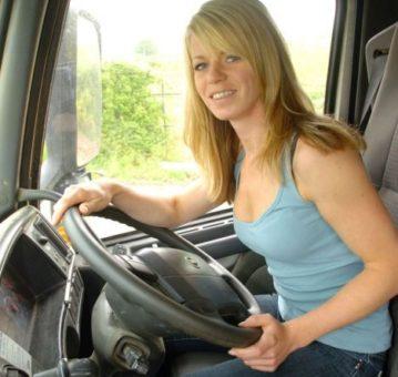 Csinos Szőke nő vezetni tanul