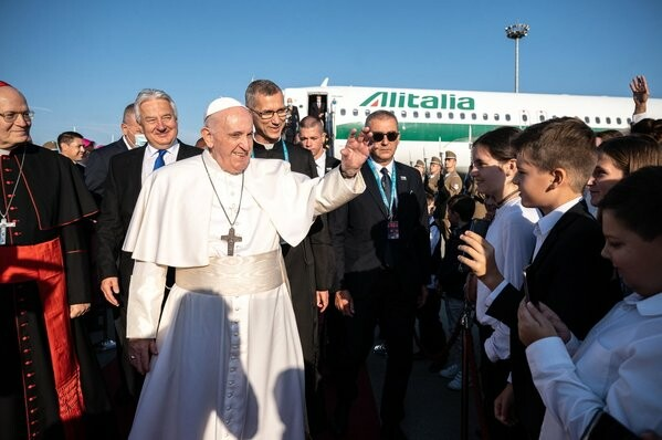 Orbán ajándéka hadüzenet a pápának is, Ferenc pápa Jézust állította az antikrisztusi Orbánnal szemben